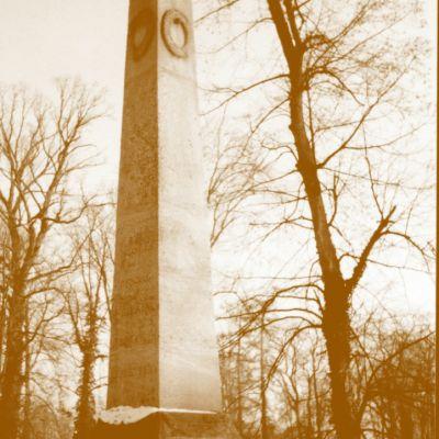Obelisk na pamiatku grófa Jozefa nechala po jeho smrti (1827) postaviť vdova Anna Mária (snímka cca z 30. rokov 20. storočia).