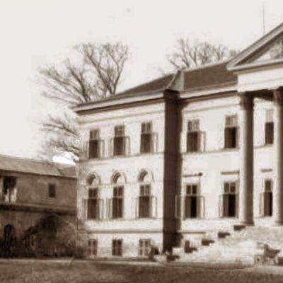 Bývalá budova knižnice (od kaštieľa vľavo), ktorou končilo severné krídlo budov lemujúcich čestné nádvorie, bola zbúraná v roku 1947.