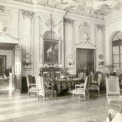 Fotografia interiéru krupského kaštieľa pravdepodobne z 30. rokov 20. storočia.