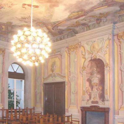 """Koncertná """"fresková"""" sála je pôvodné barokové jadro kaštieľa vyzdobené freskou, ktorá vznikla po ukončení Sedemročnej vojny (1763) s motívom priateľstva bohyne lásky Venuše a boha vojny Marsa."""